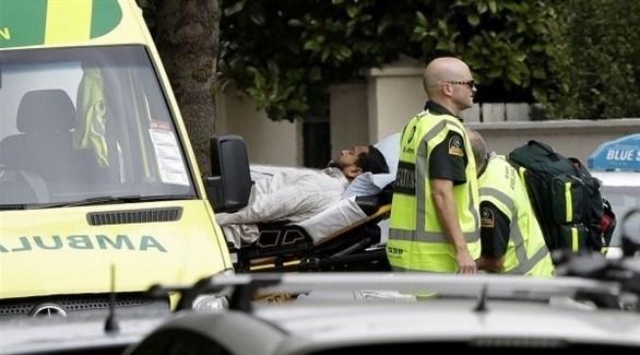مسعفون ينقلون مصاباً بعد الهجوم على مسجد في نيوزيلاندا (أرشيف)