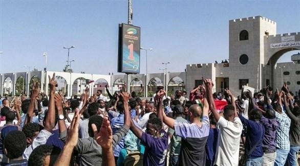 متظاهرون أمام مقر قيادة الجيش السوداني في الخرطوم (أرشيف)