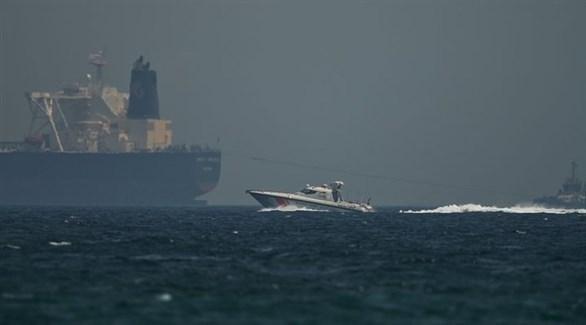 قارب لحرس الحدود الإماراتي يمرّ قرب ناقلة نفط قبالة ميناء الفجيرة (أرشيف)