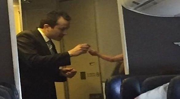 مضيف الطيران وهو يحاول إسكات الطفل بالفقاعات (ميرور)