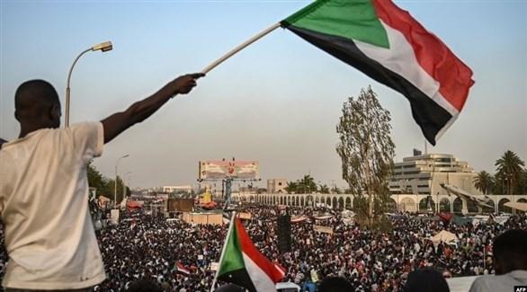 معتصمون سودانيون أمام وزارة الدفاع في الخرطوم (أرشيف)