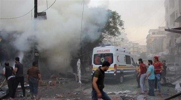 سيارة إسعاف تتنقل أحد المصابين في قصف على إدلب (أرشيف)