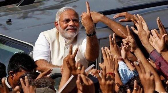 رئيس الوزراء الهندي مودي بين أنصاره بعد تصويته وغمس إصبعه في الحبر (أرشيف)