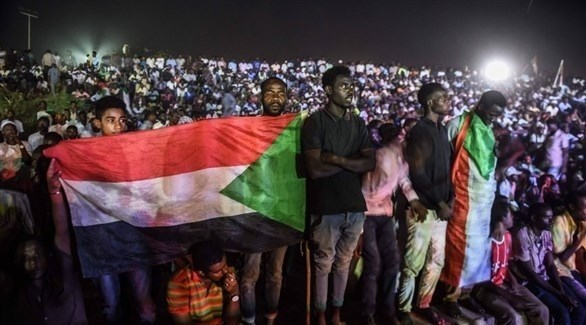 محتجون سودانيون أمام مقر الجيش في الخرطوم (أرشيف)