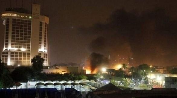 دخان يتصاعد من المنطقة الخضراء في بغداد بعد إطلاق صاروخ نحوها (تويتر)