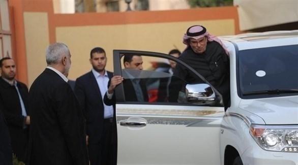 المبعوث القطري إلى غزة محمد العمادي يركب سيارته (أرشيف)