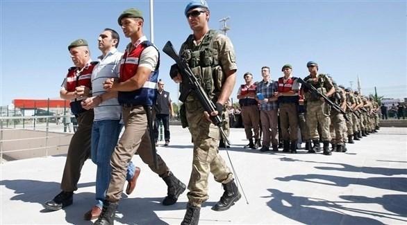 عسكريون أتراك يعتقلون أشخاصاً محسوبين على حركة غولن (أرشيف)