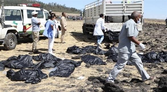 مسعفون ومنقذون يجمعون أشلاء ضحايا الطائرة الأثيوبية المنكوبة (أرشيف)