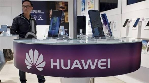 صيني في جناح يعرض منتجات شركة هواووي (أرشيف)
