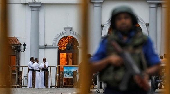 عسكري سريلانكي أمام إحدى كنائس كولومبو (أ ب)