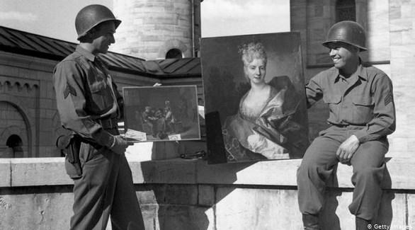 جنود إبان عهد النازية يتضاحكون وبأيديهم لوحات يعتقد أنها سُرقت (أرشيف)