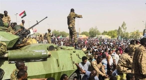 عناصر من الجيش ينتشرون بين المتظاهرات في السودان (أرشيف)
