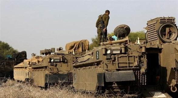 جندي إسرائيلي يقف على ظهر مدرعة حربية (أرشيف)