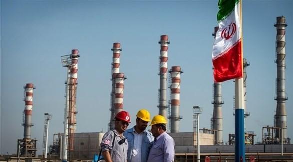 عمال يقفون بالقرب من شركة نفطية في إيران (أرشيف)