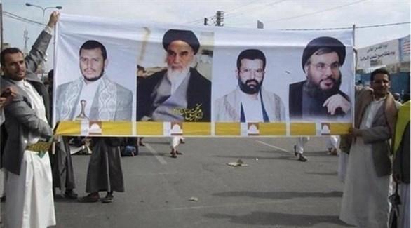 حوثيون يحملون لافتة لزعماء محور المقاوومة.(أرشيف)
