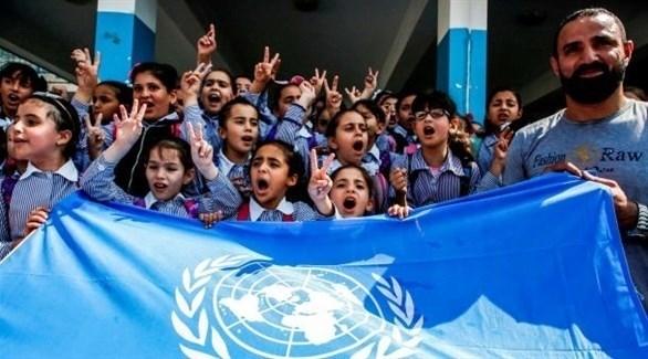 طالبات فلسطينيات يرفعن علم أونروا (أرشيف)