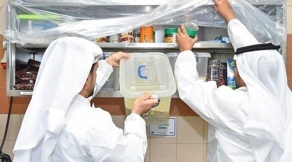 مفتشان من الهيئة يفحصان عينات غذائية في إحدى لمنشآت (من المصدر)
