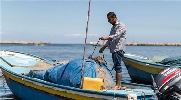 صياد من غزة يجهز شباكه للصيد (أرشيف)
