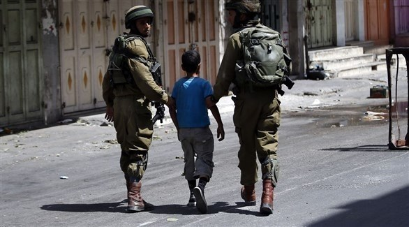 جنديان إسرائليان يوقفان طفلاً فلسطينياً (أرشيف)