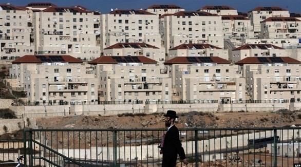 إسرائيلي أمام في مستوطنة أقيمت على أراض فلسطينية محتلة (أرشيف)