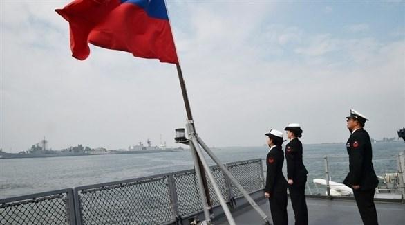 ضباط تايوانيون على ظهر سفينة تشارك في مناورات حربية قبالة ساحل تايبيه (أرشيف)