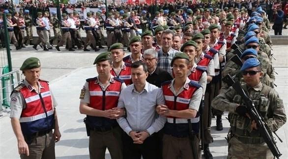 قوات أمنية التركية تنقل متهمين بالانقلاب إلى محكمة (أرشيف)