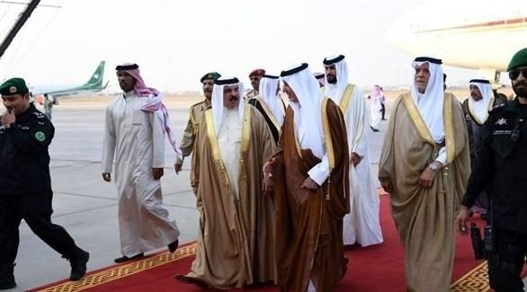 العاهل البحريني لدى وصوله مطار جدة الدولي للمشاركة في قمم مكة (تويتر)