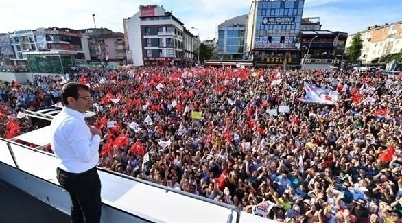 مرشح حزب الشعب الجمهوري لمنصب عمدة إسطنبول أكرم إمام أوغلو خلال تجمع انتخابي (رويترز)