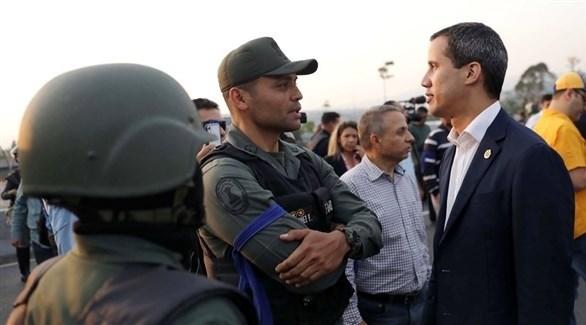 زعيم المعارضة خوان غوايدو مع عناصر من الجيش الفنزويلي (أرشيف)