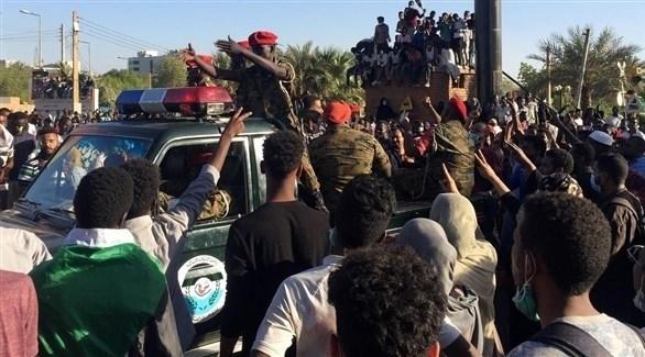 قوات سودانية تنتشر بين المحتجين في الخرطوم (أرشيف)