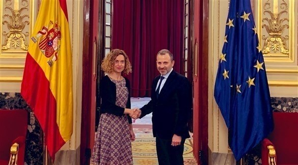 وزير الخارجية اللبناني مصافحاً رئيسة مجلس نواب الإسباني (باسيل / تويتر)