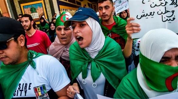 متظاهرين ومتظاهرات وسط الجزائر (أ ف ب)
