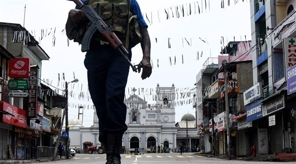 عنصر من الجيش يقف قبالة الكنيسة في سريلانكا (أ ف ب)