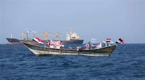 صياديون يمنيون يتظاهرون وسط البحر احتجاجاً على اعتراض سفن إيران لقواربهم (تويتر)