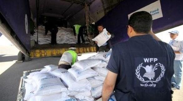 موظفون من برنامج الأغذية العالمي يُشرفون على تفريغ مساعدات غذائية في اليمن (أرشيف)