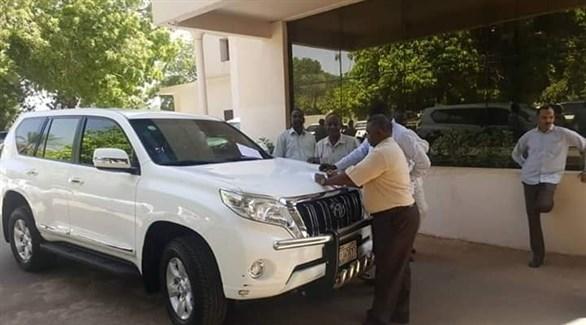 موظفون سودانيون حول سيارة أحد المسؤولين السابقين (الراكوبة)