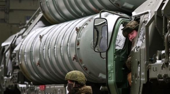 جندي ينظر من داخل آلية لنظام أس-400 الدفاعي (أرشيف)