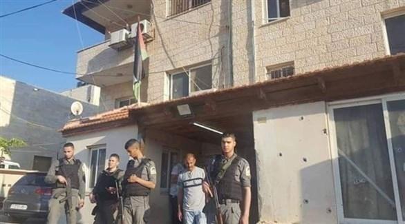 رجال أمن فلسطينيين خارج مقر الأمن الوقائي الذي حاصرته قوات إسرائيلية فجر اليوم (تويتر)