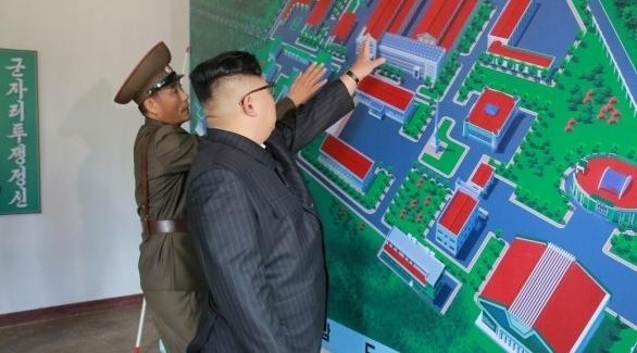 زعيم كوريا الشمالية كيم جونغ خلال زيارة لأحد المصانع (أرشيف)