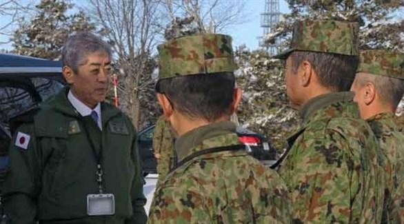 وزير الدفاع الياباني تاكيشي إوايا متحدثاً لعسكريين (أرشيف)