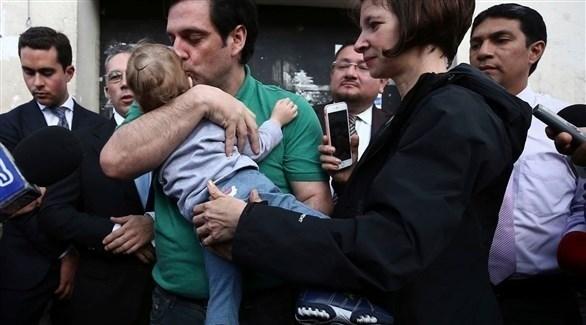 بول سيغليا مع عائلته أمام المحكمة أمس الثلاثاء بعد صدور القرار القضائي (تويتر)