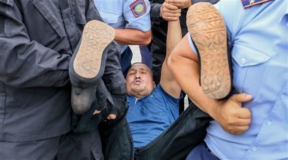اعتقال متظاهر في كازاخستان (أ ف ب)