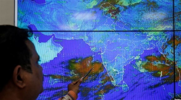مهندس هندي يتابع مسار إعصار فايو (رويترز)