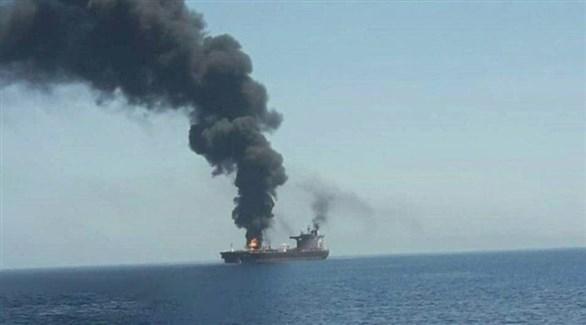 تصاعد دخان الحريق في ناقلة نفط ببحر عمان (تويتر)