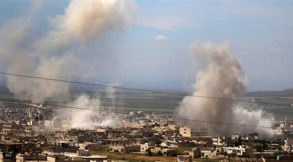 تصاعد أعمدة الدخان في إدلب بعد قصف القوات الحكومية (أرشيف)