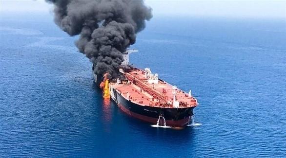 النيران تلتهم إحدى الناقلتين النفطيتين اليوم في بحر العرب (تويتر)