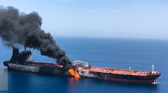 النيران تشتعل في إحدى الناقلات في بحر عمان (تويتر)