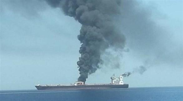 أعمدة الدخان تتصاعد من الناقلة اليابانية كوكوكا كاريدجس (أرشيف)