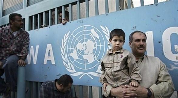 فلسطينيون أمام مقر أحد مكاتب أونروا (أرشيف)
