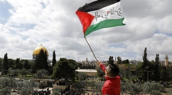شاب يحمل العلم الفلسطيني في مدينة القدس (أرشيف)